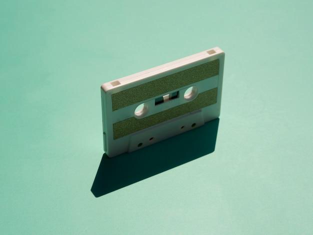 Minimalistische cessette-tape in de schijnwerpers met zijn schaduw