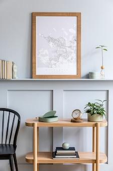 Minimalistische compositie van woonkamer met frame en elegante persoonlijke accessoires in stijlvol interieur.