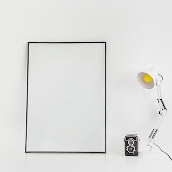 Minimalistische desktop met whiteboard en lamp