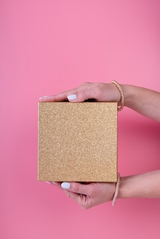 Minimalistische geschenkdoos in de hand gehouden