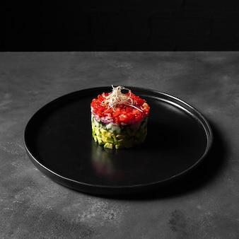 Minimalistische groentesalade in een ronde vorm