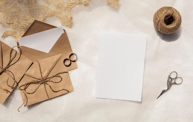 Minimalistische huwelijksdecoratie met lege uitnodiging