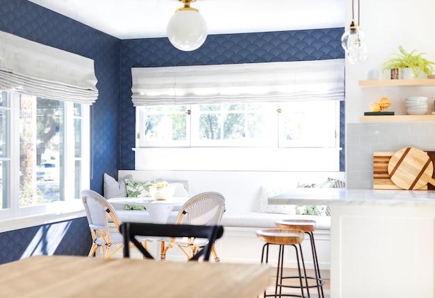 Minimalistische interieurdecoratie in blauw en wit