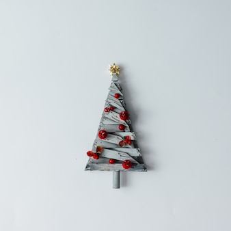 Minimalistische kerstboom gemaakt van hout op een witte muur. nieuwjaar concept. plat leggen.