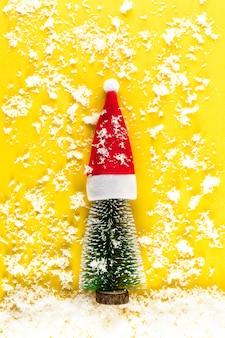 Minimalistische kerstboom op gele pastel achtergrond