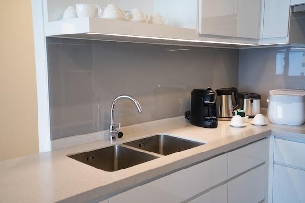 Minimalistische keukenhoek met inbouwapparatuur.