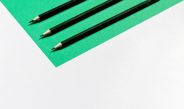 Minimalistische kopie ruimte achtergrond en potloden