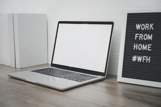 Minimalistische laptop mockup wit scherm op witte tafel met muis. werk vanuit huis concept