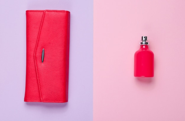 Minimalistische mode. damesmode accessoires. leren portemonnee, parfumfles. bovenaanzicht