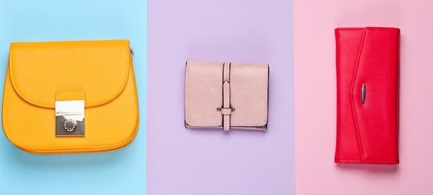 Minimalistische mode. damesmode accessoires. twee leren portemonnees, tas. bovenaanzicht