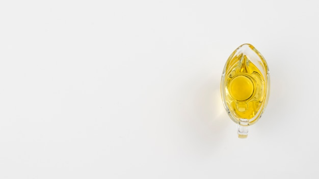 Minimalistische olijfolie in een glas met witte exemplaar ruimteachtergrond