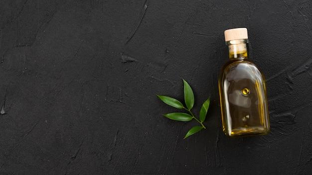 Minimalistische olijfoliefles met kopie ruimte