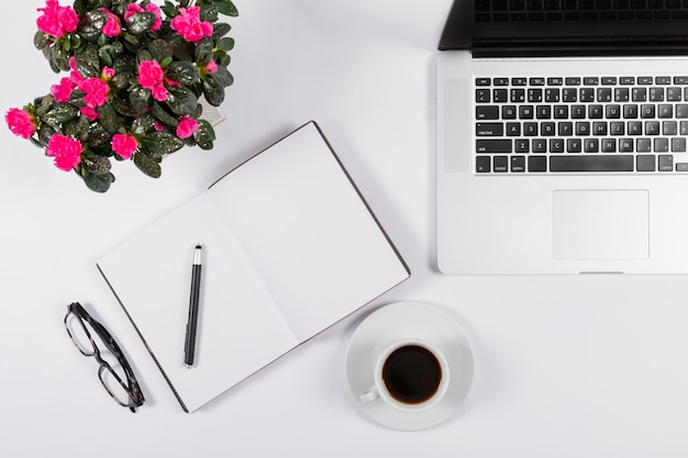 Minimalistische opstelling met lege notebook