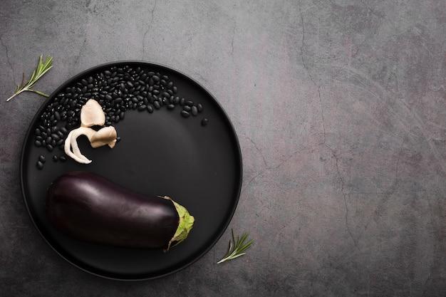 Minimalistische plaat met aubergine en zaden
