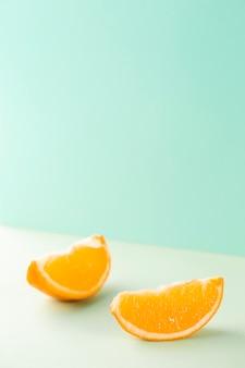 Minimalistische plakjes sinaasappel op blauwe achtergrond