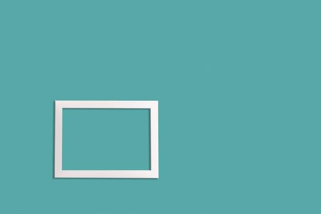 Minimalistische stijl. een witte lege afbeeldingsframe op een neo mint achtergrond, plat leggen.