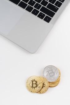 Minimalistische stillevencompositie met cryptocurrency