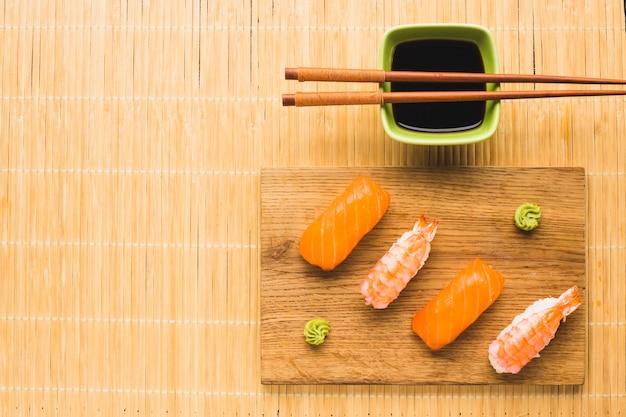 Minimalistische sushi-opstelling met kopie ruimte