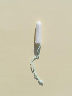 Minimalistische tampon op grijze bovenaanzicht als achtergrond