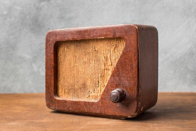 Minimalistische vintage radio met schaduw