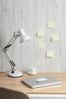 Minimalistische zakelijke bureauopstelling met laptop
