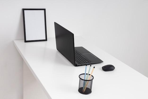 Minimalistische zakelijke bureauopstelling onder hoge hoek