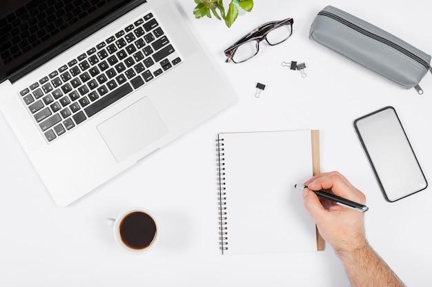 Minimalistische zakelijke regeling op witte achtergrond met man het maken van aantekeningen