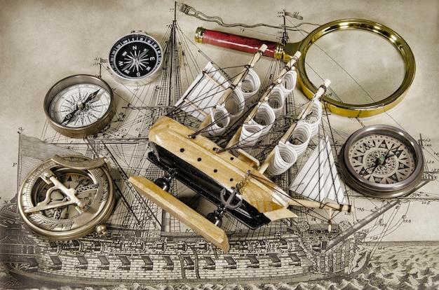 Minimodelschip met kompas en zandloper