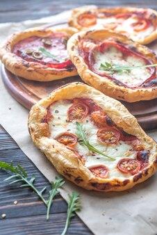 Minipizza's op de houten raad