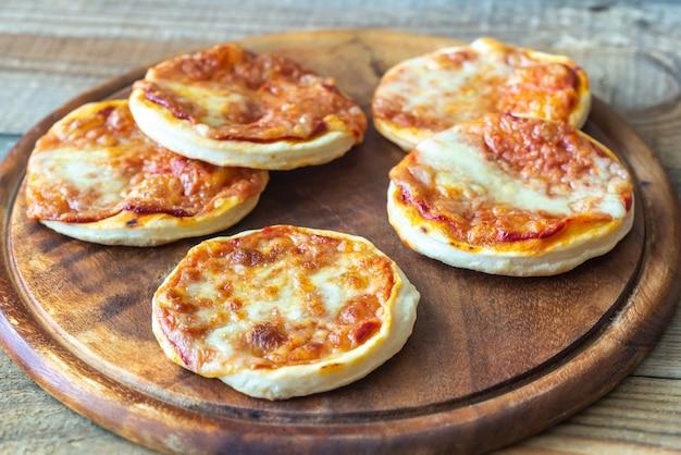 Minipizza's op een houten raad