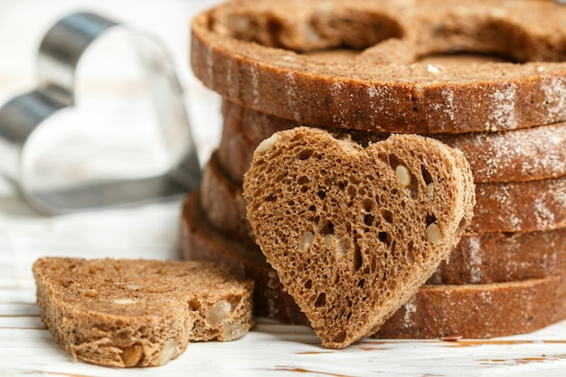 Minisandwiches van roggebrood met zaden, voorbereiding van ontbijt voor valentijnsdag in de vorm van harten