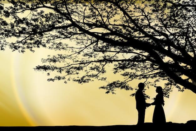 Minnaar onder de boom