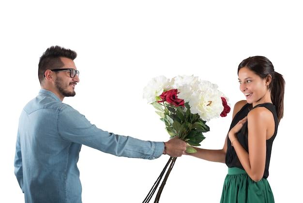 Minnaarjongen geeft bloemen aan zijn vriendin