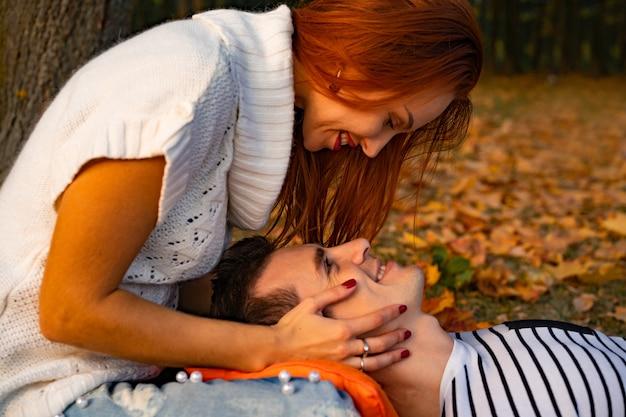 Minnaarsman en vrouw in het park in de herfst