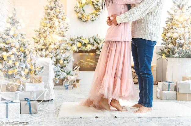 Minnaarsman en vrouw op een kerstmisachtergrond, selectieve nadruk.