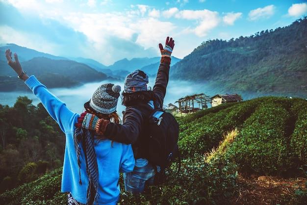Minnaarvrouw en man aziatische reismacht. reis ontspannen. natuurpark op de moutain. thailand