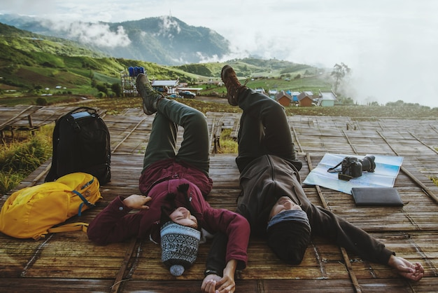 Minnaarvrouw en -mannen reizen ontspannen in de vakantie.