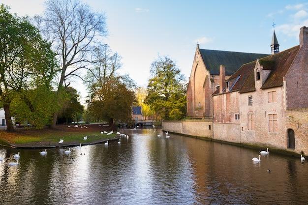 Minnewatervijver en begijnhof-klooster, brugge, belgië