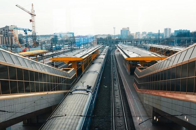 Minsk treinstation spoorbanen, trein parkeren.