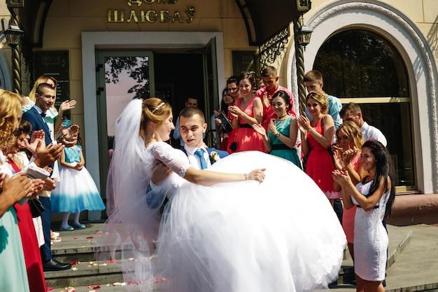 Minsk, wit-rusland, 11 augustus 2017: huwelijksviering, bruiloft in wit-rusland. een vakantie, het creëren van een gezin.