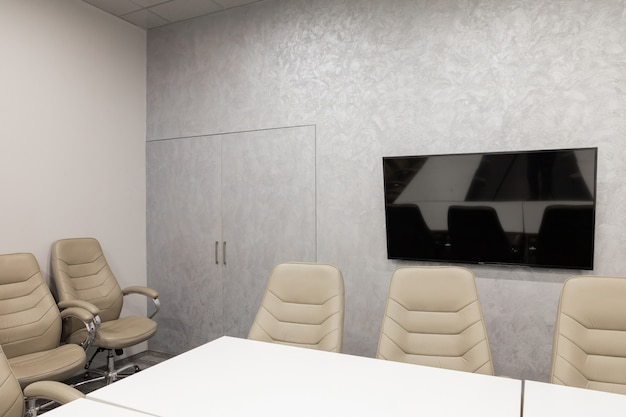Minsk, wit-rusland - 23 mei 2019: interieur van lege moderne directiekamer op creatief kantoor