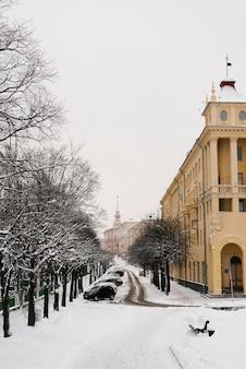 Minsk, wit-rusland. februari 2019. met sneeuw bedekte straat communistisch