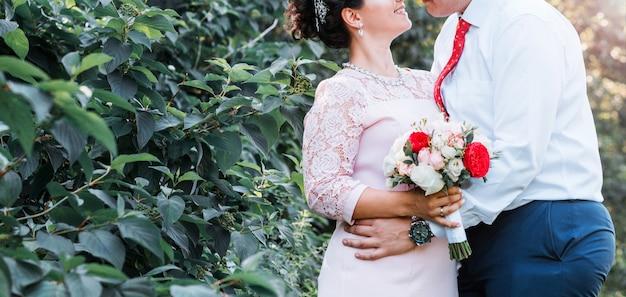 Minsk-wit-rusland, mei 2018. bruid en bruidegom. bruid houdt een boeket in haar handen