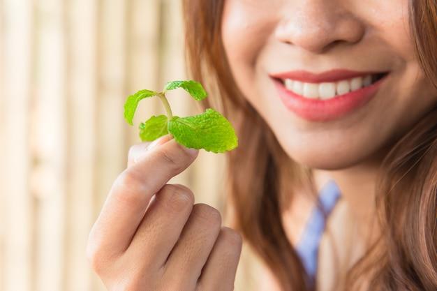 Mintbladeren eten voor een goede gebitgezondheid en een frisse adem