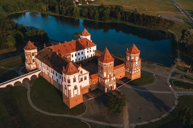 Mir kasteel met torenspitsen in de buurt van het bovenaanzicht van het meer in wit-rusland in de buurt van de stad mir.