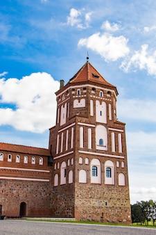 Mir, wit-rusland. uitzicht op een middeleeuws kasteel op een achtergrond van blauwe hemel. s