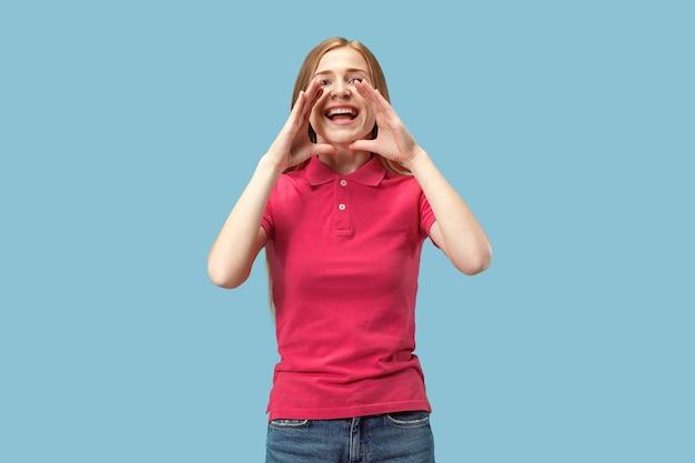Mis niet. het jonge toevallige vrouw schreeuwen. roepen. huilende emotionele vrouw die op blauwe studioachtergrond gilt. vrouwelijke halve lengte portret. menselijke emoties, gezichtsuitdrukking concept. trendy kleuren