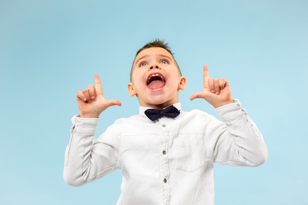 Mis niet. jonge casual jongen schreeuwen. roepen. huilende emotionele tiener die op blauwe studioachtergrond gilt. mannelijk halflang portret. menselijke emoties, gezichtsuitdrukking concept. trendy kleuren