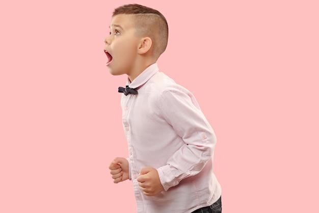 Mis niet. jonge casual jongen schreeuwen. roepen. huilende emotionele tiener die op roze ruimte gilt. het mannelijke portret van halve lengte