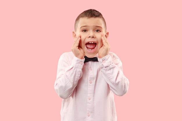Mis niet. jonge casual jongen schreeuwen. roepen. huilende emotionele tiener die op roze studioachtergrond gilt. het mannelijke portret van halve lengte. menselijke emoties, gezichtsuitdrukking concept. trendy kleuren